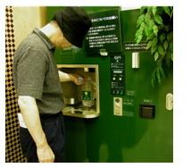 スーパーで汲む飲料水.jpg