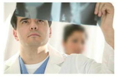 医師とレントゲン写真.jpg