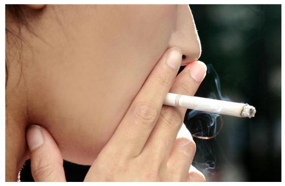 喫煙女性.jpg